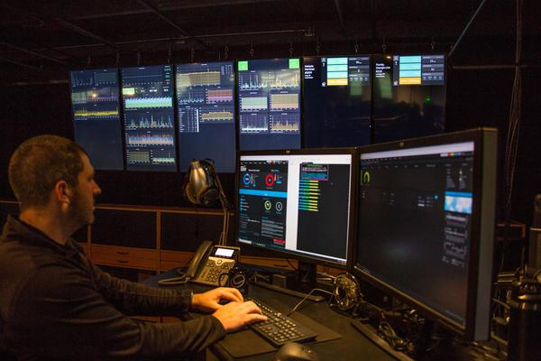 prtg-monitoring-in-the-head-quarters-noc-3-12-half-width.jpg